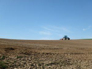 北海道のトラクターがある風景
