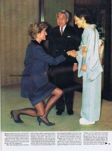 皇后陛下へカーテシーするダイアナ